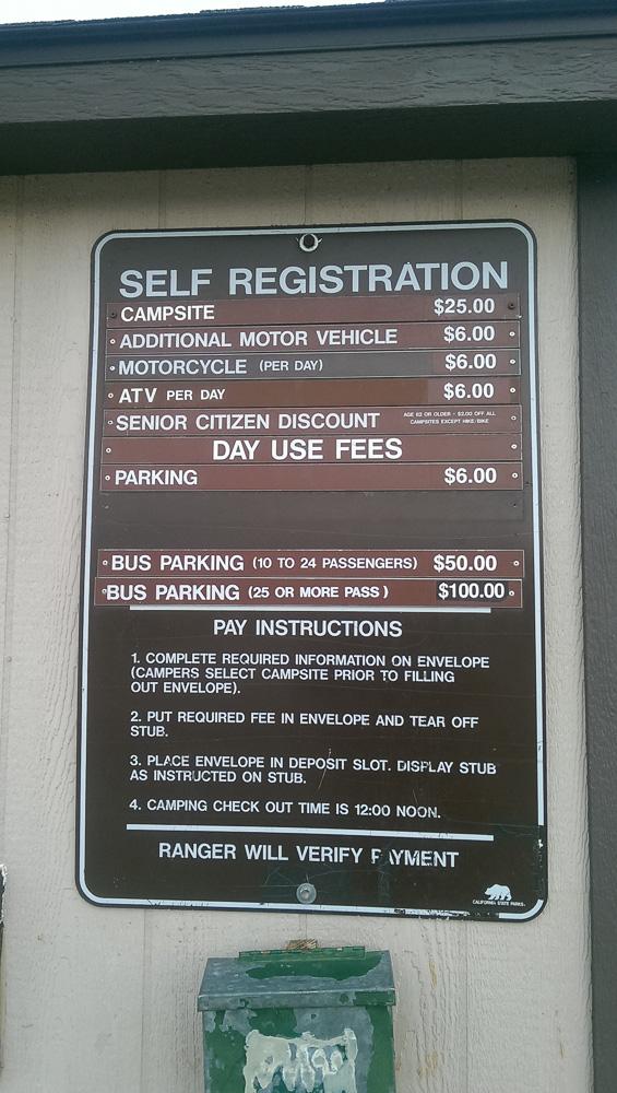 Self Registration Schild des Ricardo Campground im Red Rock Canyon State Park in Kalifornien.