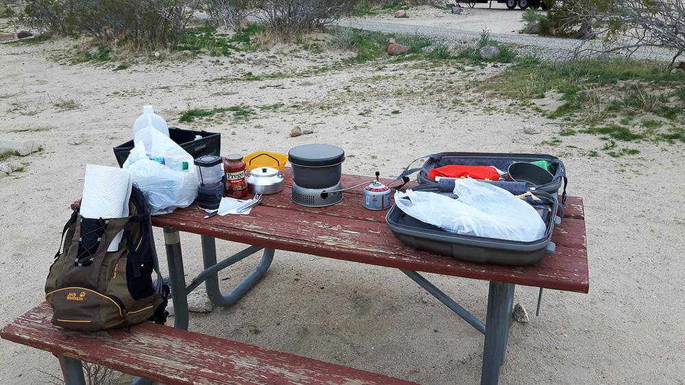Alter Campingtisch mit zwei Bänken auf dem Ricardo Campground im Red Rock Canyon State Park