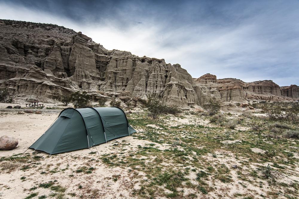 Großzügiger Stellplatz mit Tunnelzelt auf dem Ricardo Campground im Red Rock Canyon State Park.