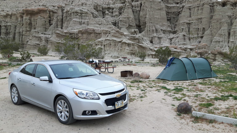 Silberner Chevrolet Malibu vor grünem Tunnelzelt auf dem Ricardo Campground im Red Rock Canyon State Park.