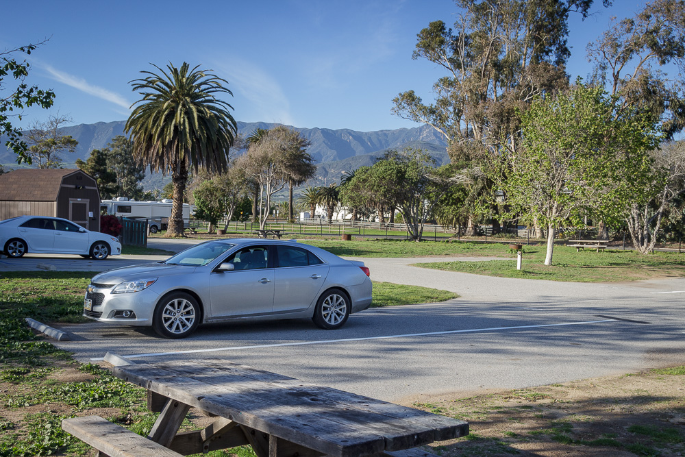 Chevrolet Malibu parkt auf dem Carpinteria State Beach Campground