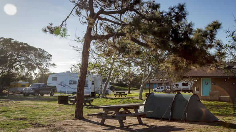 Unser Tunnelzelt auf der Tentsite im Carpinteria State Beach Campground. Picknicktisch im Vordergrund und Sanitäranlagen im Hintergrund.