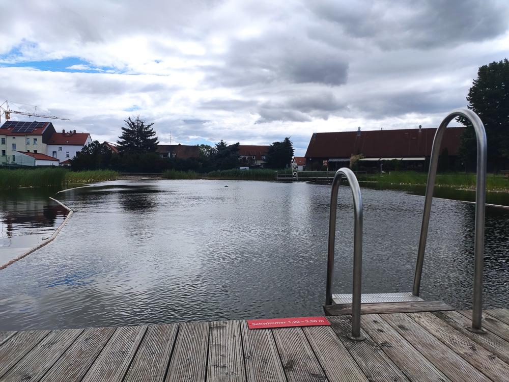 Blick vom Steg auf den Schwimmerbereich mit dem bis zu 3,5 Meter tiefen Wasser im Ökobad Lindenthal