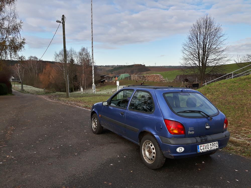 Näher kommt man mit dem Auto nicht an den Aussichtsturm Böhrigen heran. Parken am Ende der Feldstraße.