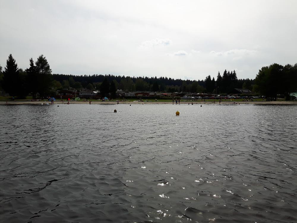 Blick auf das Südufer des Sees Greifenbachstauweiher aus mit dem Campingplatz