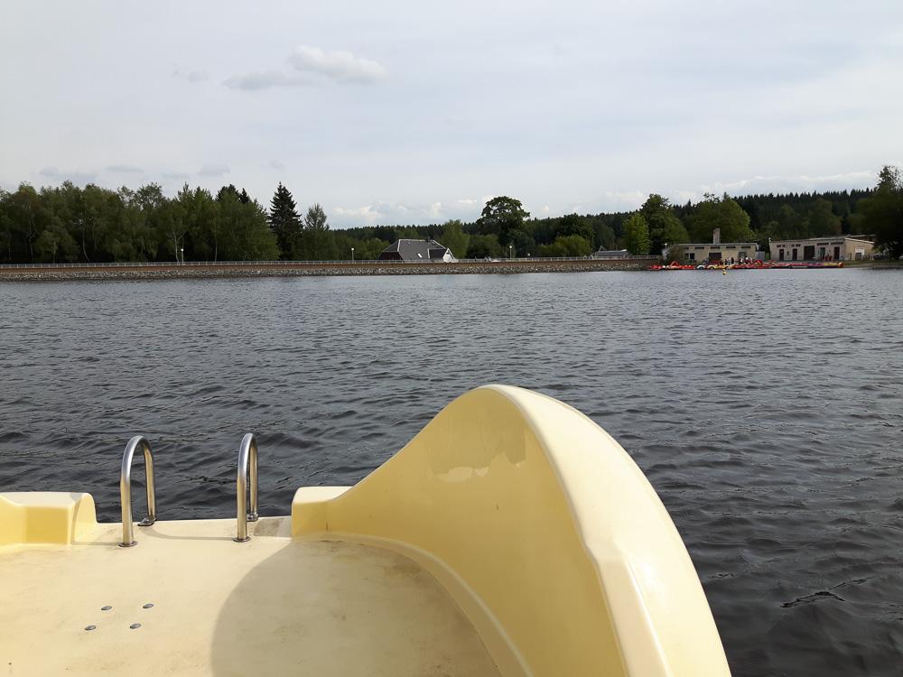 Mit dem Tretboot auf dem Greifenbachstauweiher mit Blick auf die Staumauer.