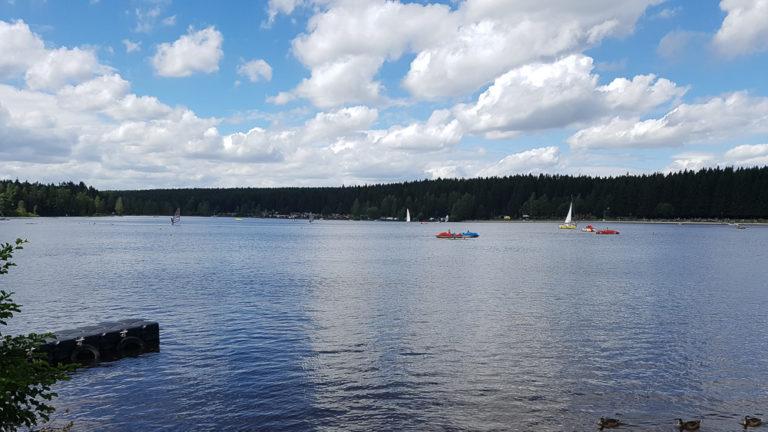 Greifenbachstauweiher mit Booten vom Südufer aus gesehen