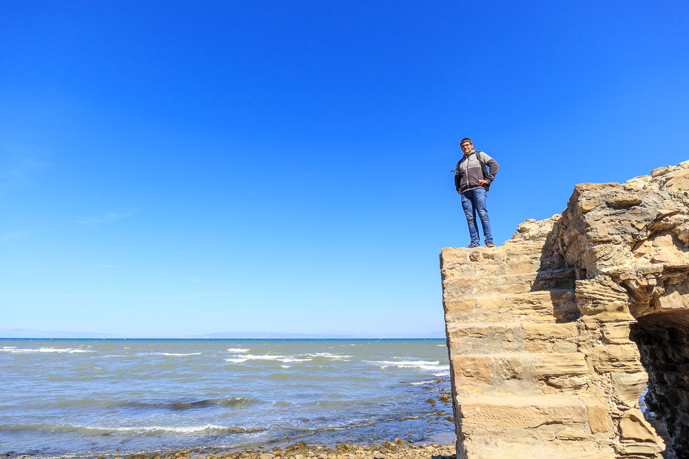 Christian auf den Mauern der alten Festungsruine Skanderbegs am Kepi i Rodonit