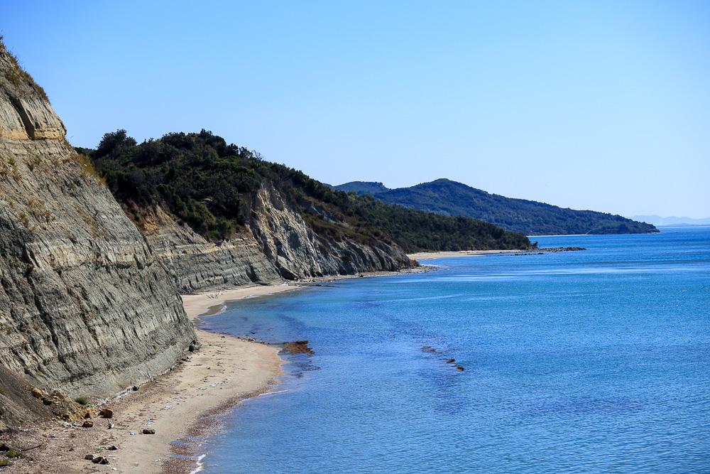 Blick entlang der felsigen Küste am Kepi i Rodonit