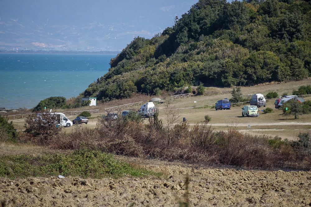Die Wiese am Kepi i Rodonit wird von vielen Campern in Beschlag genommen