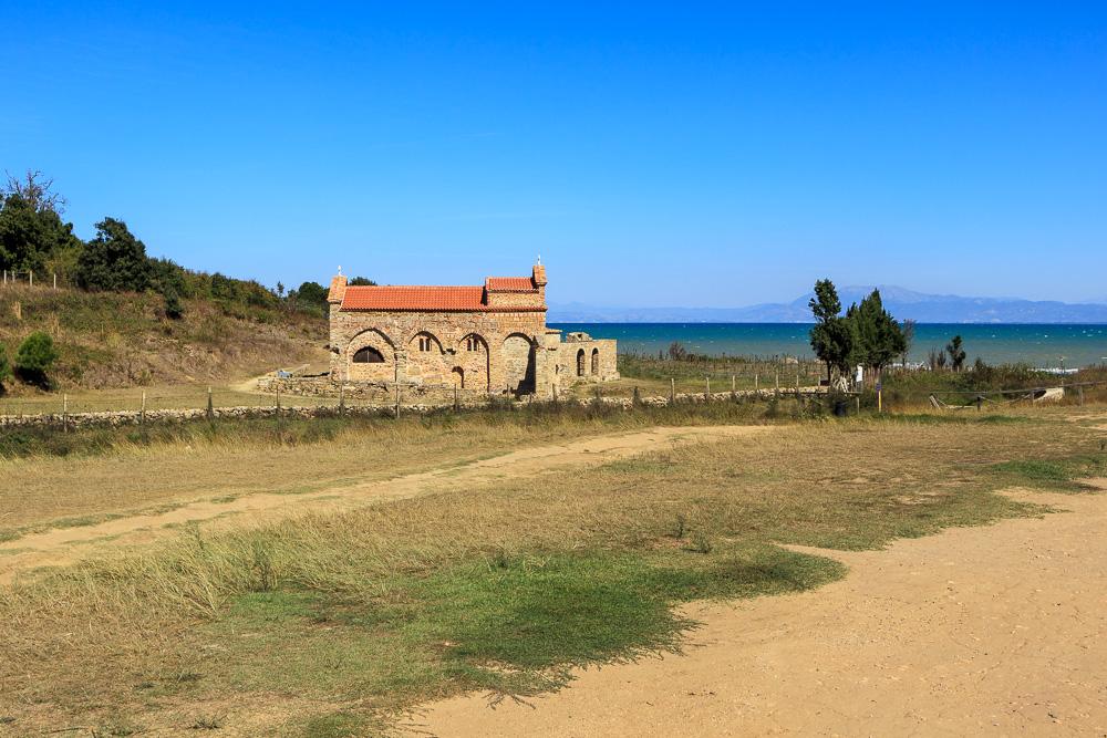 Die Kirche des heiligen Antonius mit den Überresten des Klosters am Kepi i Rodonit
