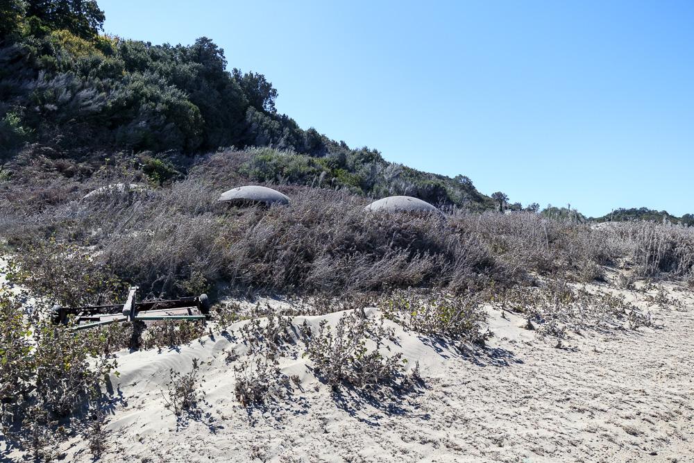 Die kleinen, für Albanien so typischen, Betonbunker im Sand am Kepi i Rodonit