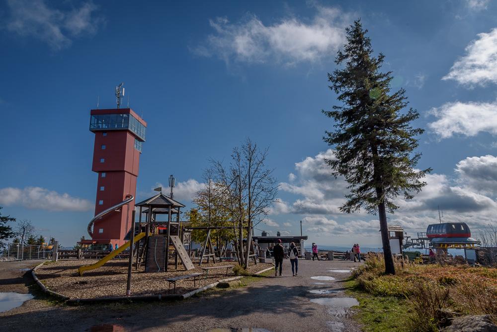 Auf dem Gipfel des Wurmberg mit Spielplatz, Seilbahn und dem neuen Wurmbergturm