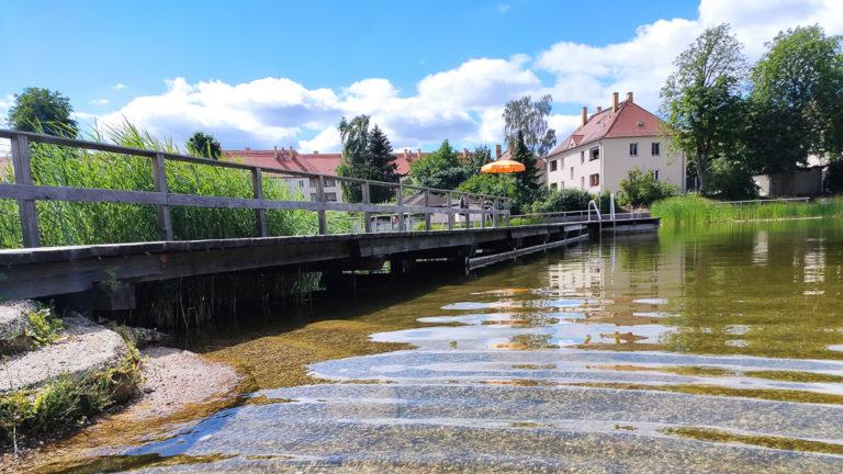 Blick vom Zugang ins Wasser auf den Steg im Ökobad Lindenthal