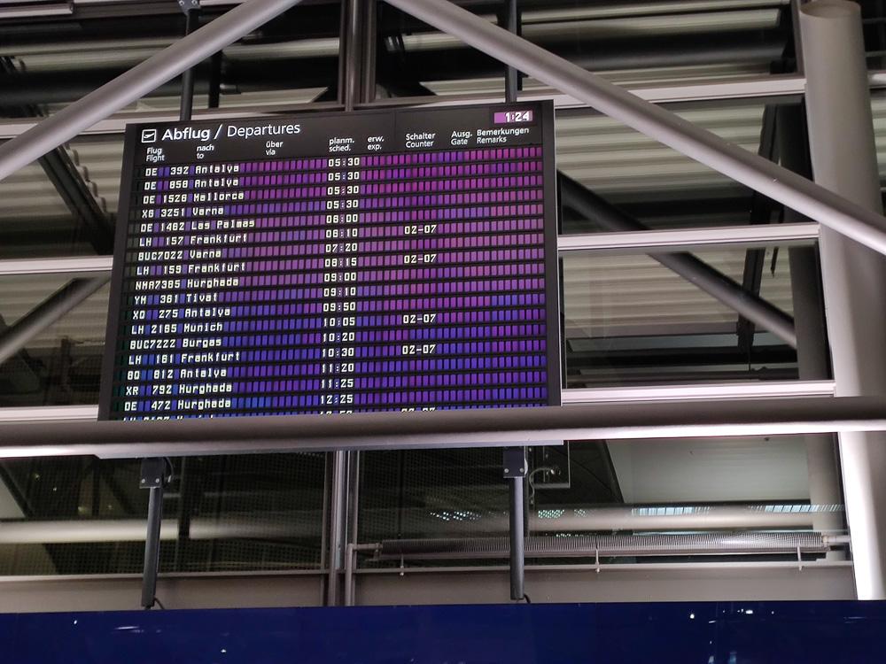 Langes Warten auf unseren Flug von Leipzig nach Varna. Im Bild die Abflugtafel des Flughafens Leipzig.