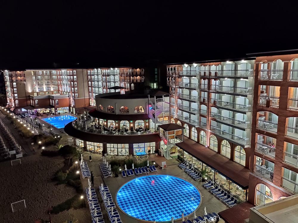Auch bei Nacht sieht die Hotelanlage gar nicht schlecht aus