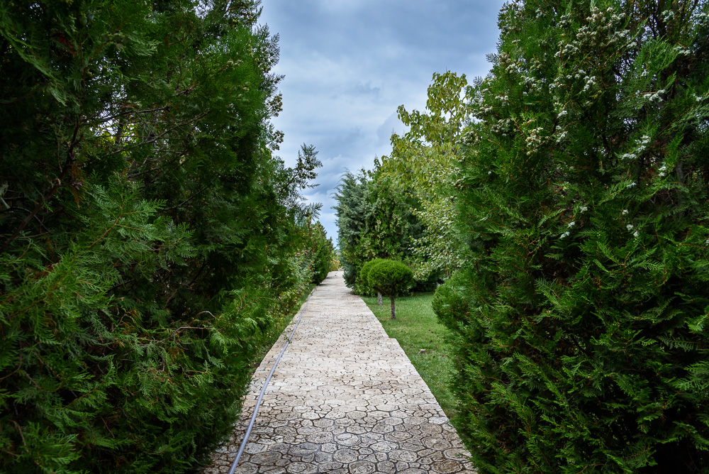 In den Gärten und Parks von Burg Ravadinovo auf unserem Tagesausflug nach Burgas und Umgebung