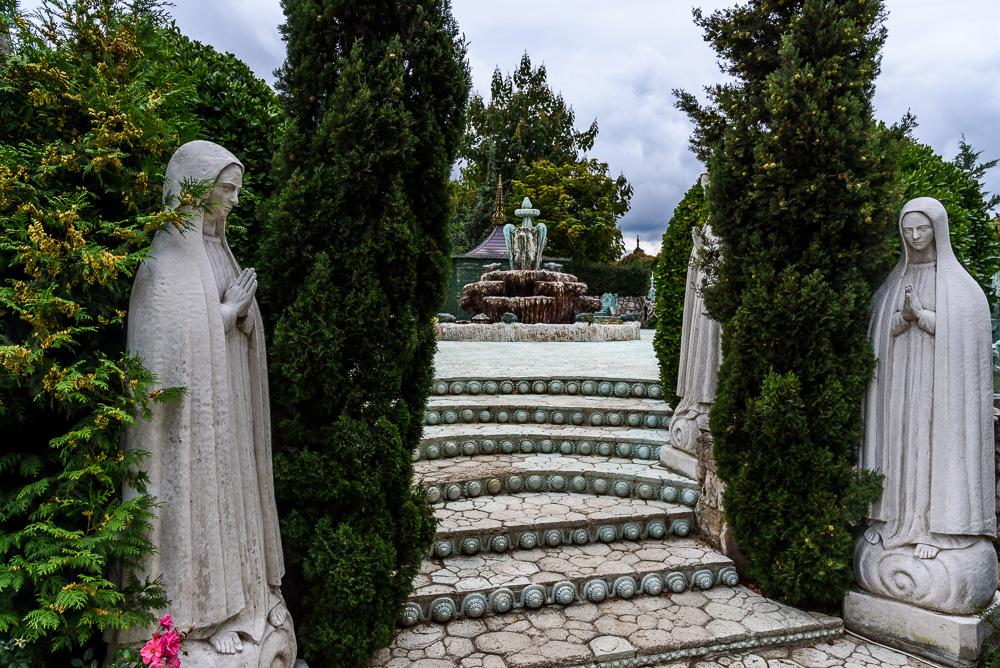 Skulpturen bei Burg Ravadinovo