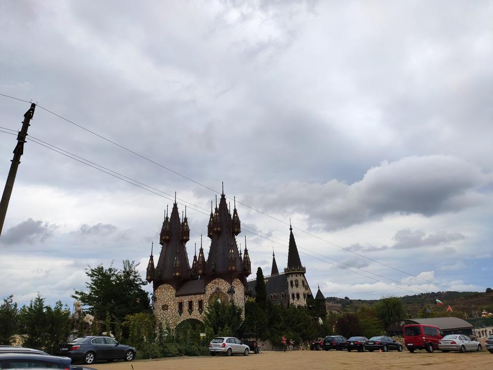 Burg Ravadinovo vom sandigen Parkplatz aus gesehen