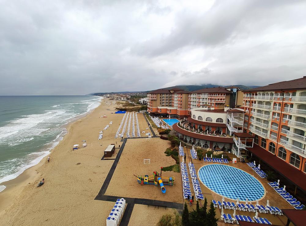 Trüber Himmel am Morgen über dem Hotel Sol Luna Bay in Bulgarien