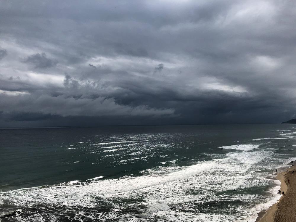Trüber Himmel über dem Schwarzen Meer beim Hotel Sol Luna Bay nahe Obsor in Bulgarien.