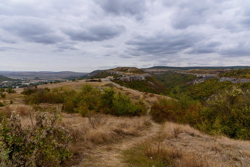Toller Blick über die Burganlage der Festung Ovech bei immer noch düsterem Himmel