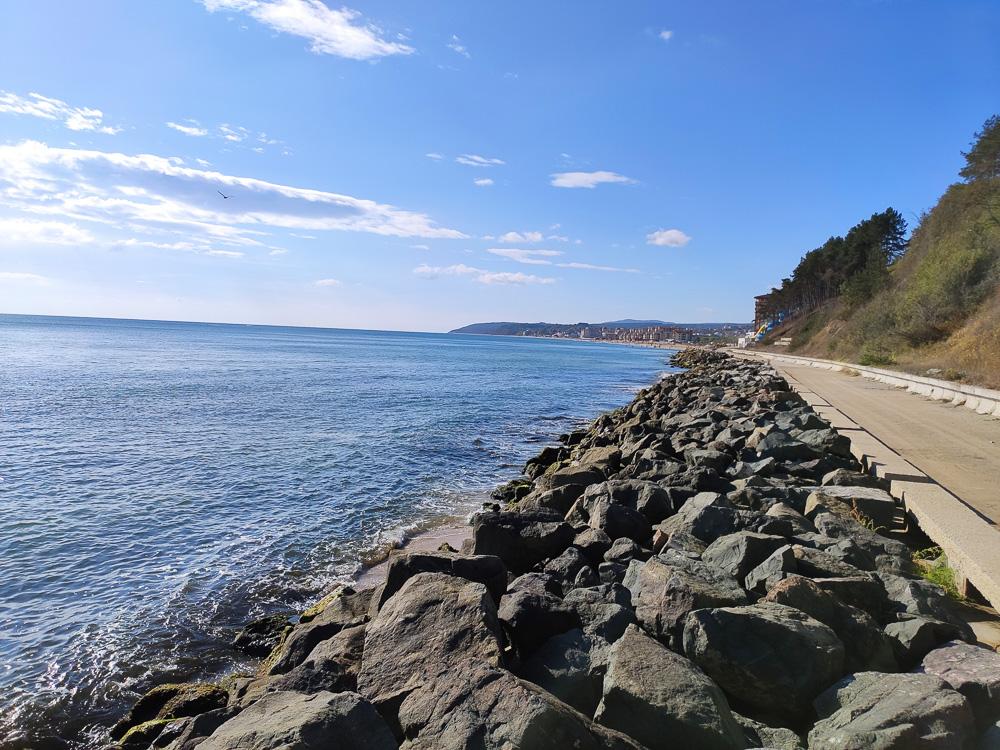 Viele Steine direkt am Meer bilden ein tolles Fotomotiv unweit des Hotels.