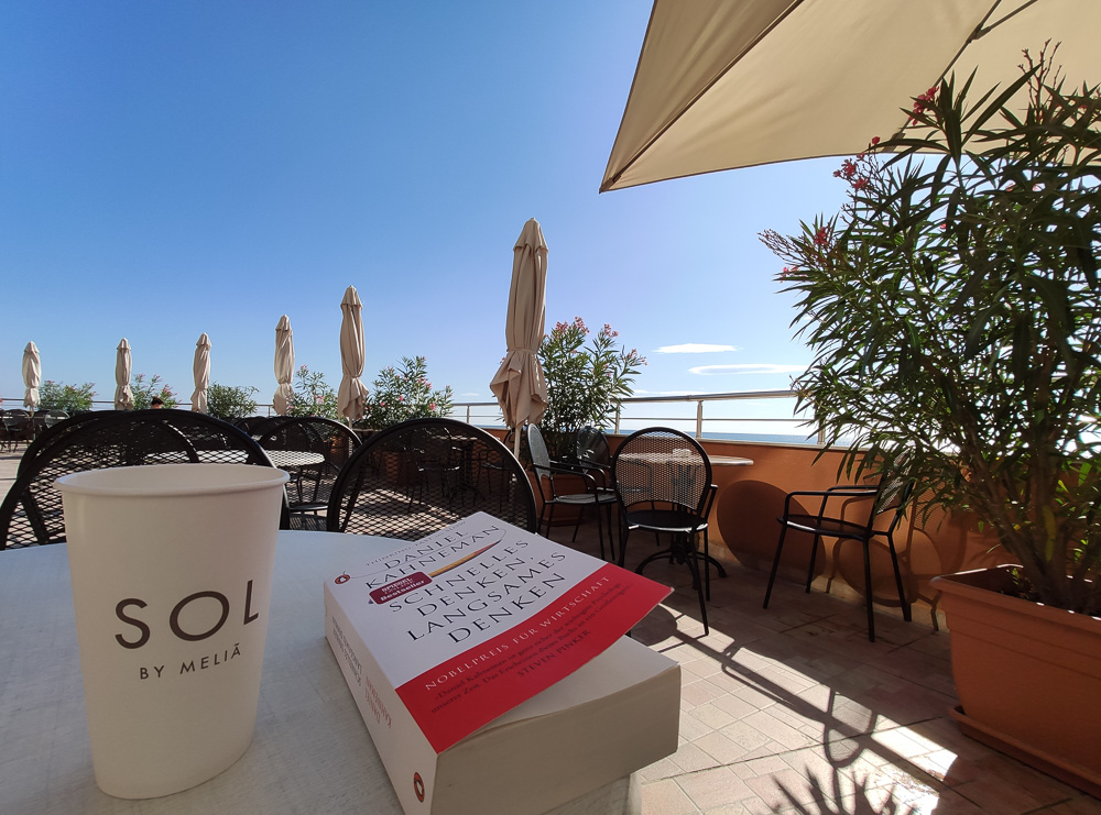 Buch und Becher auf der Terrasse des Hotels Sol Luna Bay in Bulgarien