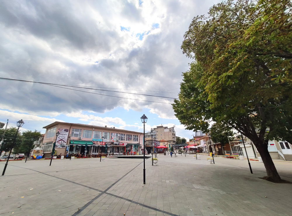 Unseren Spaziergang durch Obsor begannen wir zentral am großen Platz in der Mitte der Stadt