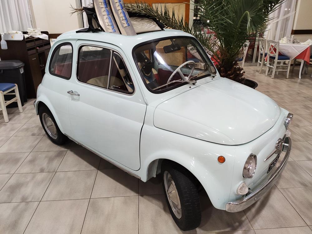 Der kleine Fiat im italienischen Restaurant
