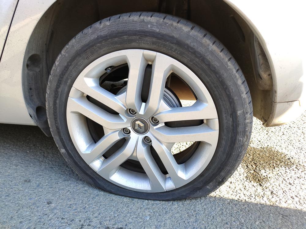 platter Reifen an einem Renault Clio
