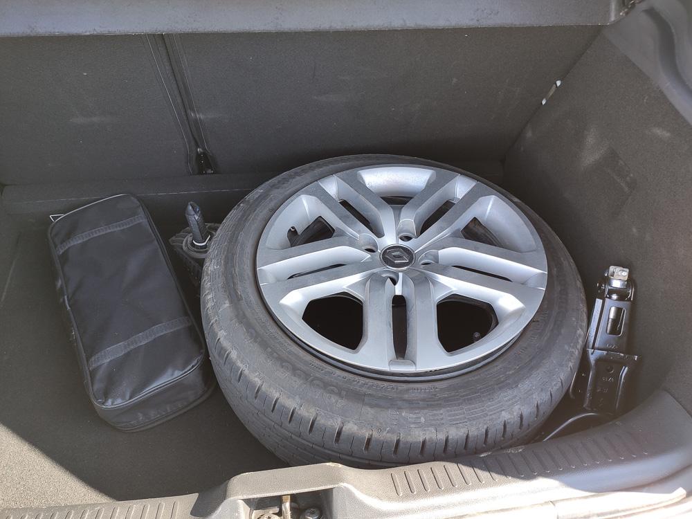 platter Reifen auf silberner Alufelge im Kofferraum eines Renault Clio in Bulgarien