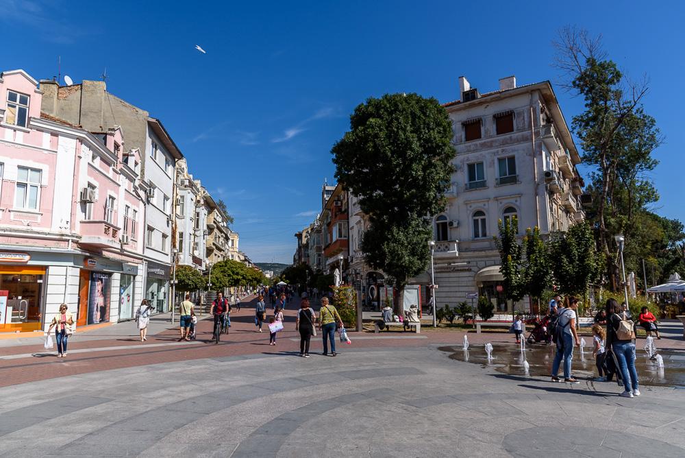 Mitten in der Fußgängerzone bei unserem Spaziergang durch Varna