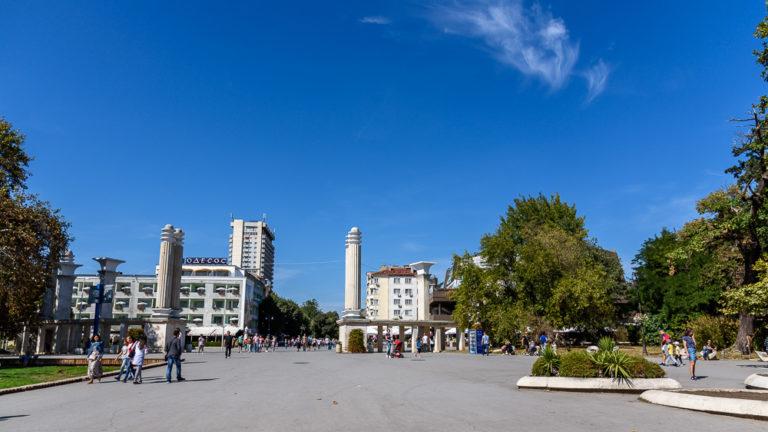 Am Sea Garden mit Blick in Richtung Innenstadt bei einem Spaziergang durch Varna