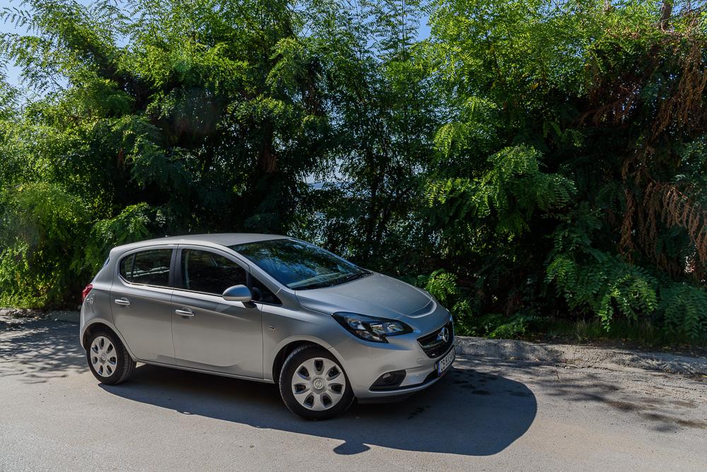 Der neue Mietwagen, ein Opel Corsa, an der Marina Byala beim Geocaching in Bulgarien