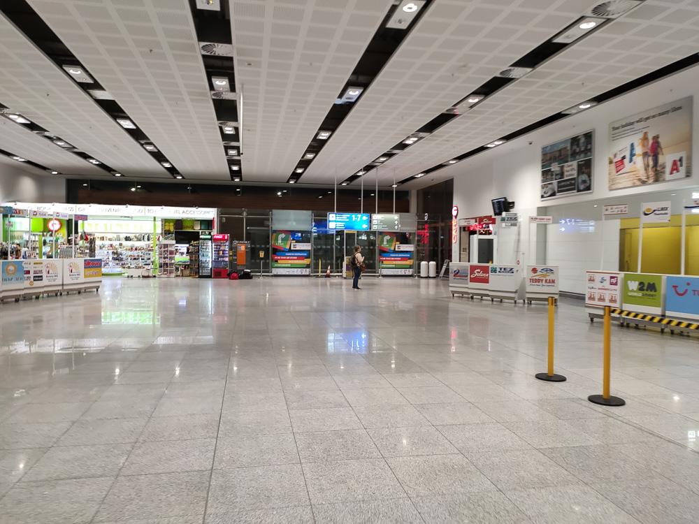 Beinahe menschenleerer Flughafen vor unserem Rückflug von Varna nach Leipzig