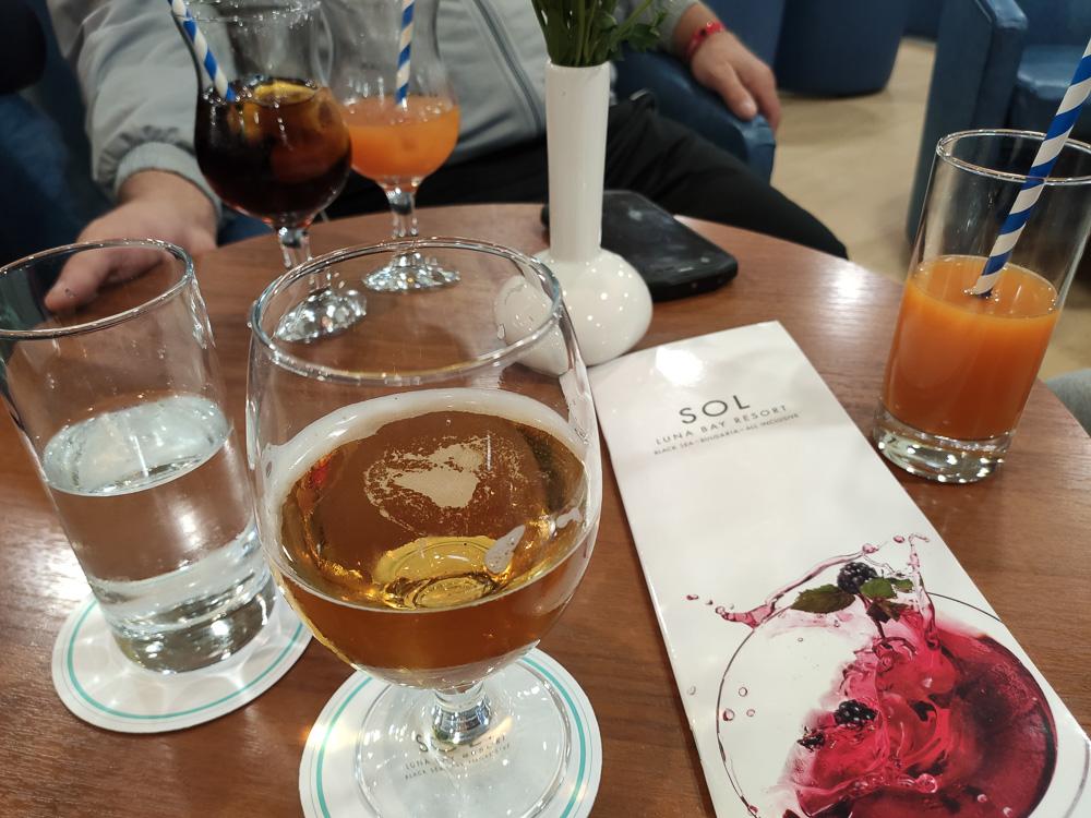 Bei Bier, Wasser und Cocktails ließen wir den Abend in der Hotelbar des Hotel Sol Luna Bay ausklingen