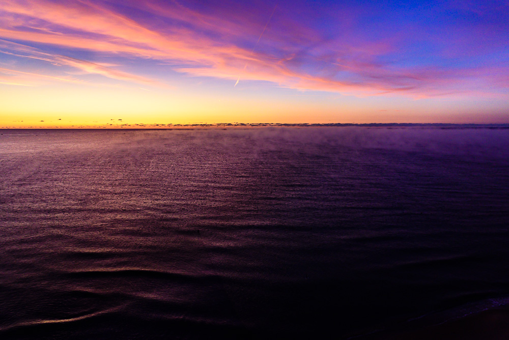 Malerischer Sonnenaufgang über dem Schwarzen Meer in Bulgarien