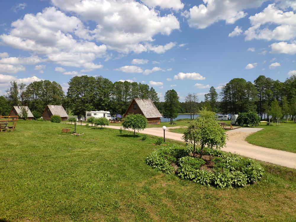 Blick von der Terrasse der Campingküche von Camping Apalkalns auf die verschiedenen Möglichkeiten zu übernachten