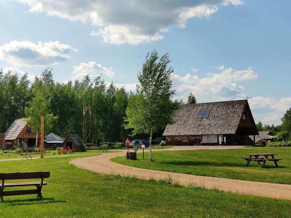 In diesem großen Gebäude sind die Sanitäranlagen untergebracht und außerdem rechts dir Campingküche