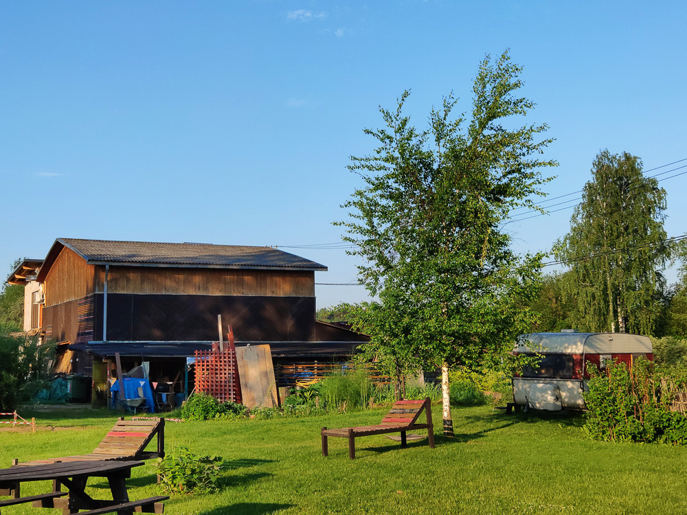 In der Scheune im Hintergrund sind die Campingküche und die Sanitäranlagen von Camping Zanzibara untergebracht