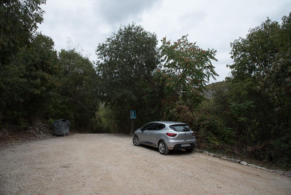 Kleiner Parkplatz am Ostaufstieg zur Festung Ovech