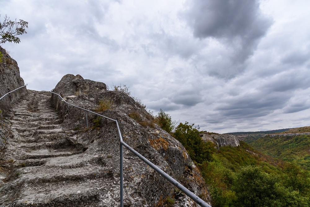 Die steinernen Stufen des Ostaufstiegs auf die Festung Ovech sind noch im Originalzustand erhalten