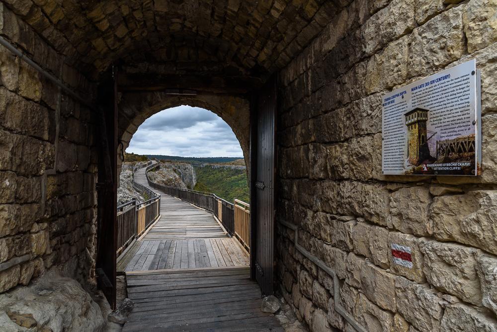 Durch das enge Burgtor gelangt man über die Brücke aus Holz auf das Nachbarplateau
