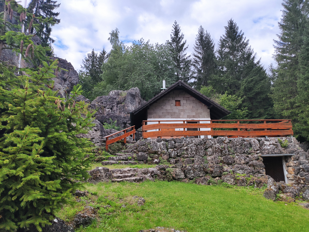Die kleine Hütte der Naturfreunde am Kemitzenstein