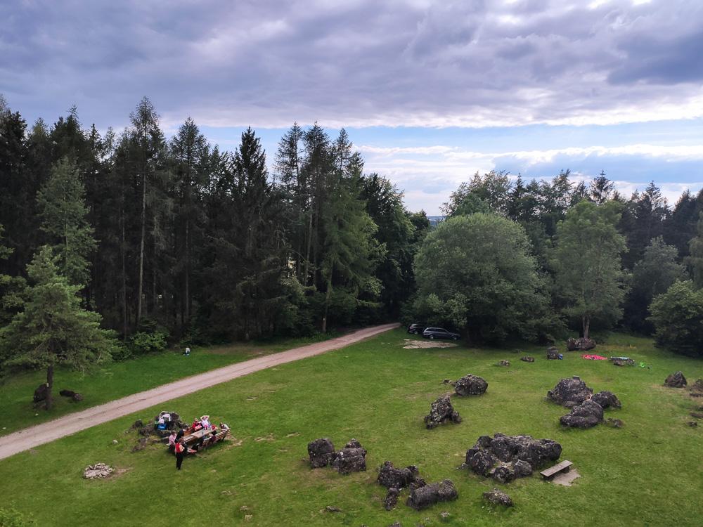 Blick von den Felsen auf die Wiese am Kemitzenstein