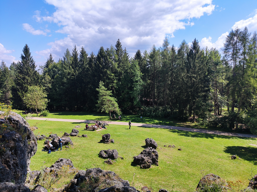 Ein letzter Blick auf die Wiese mit den Felsbrocken am Kemitzenstein