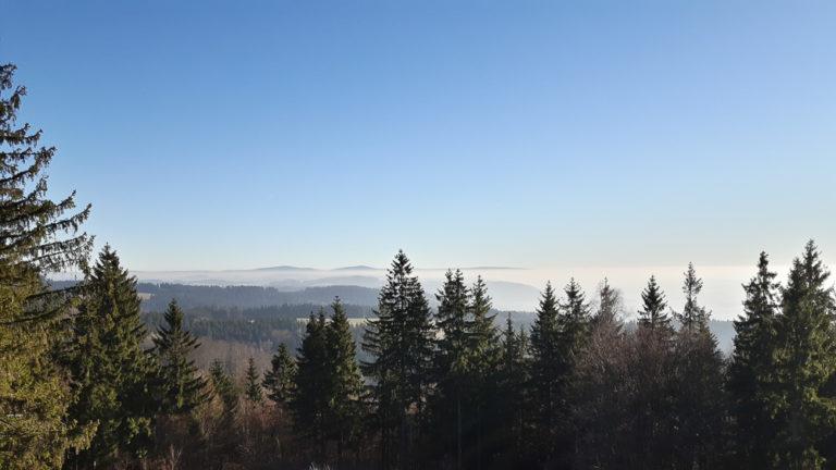 Aussicht vom Radspitzturm bei Kronach aus an einem sonnigen Wintertag