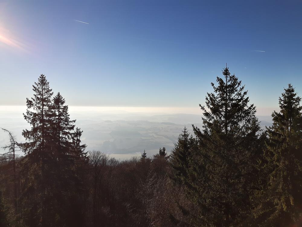 Blick ins Tal vom Radspitzturm bei Kronach aus an einem sonnigen, aber kalten, Wintertag