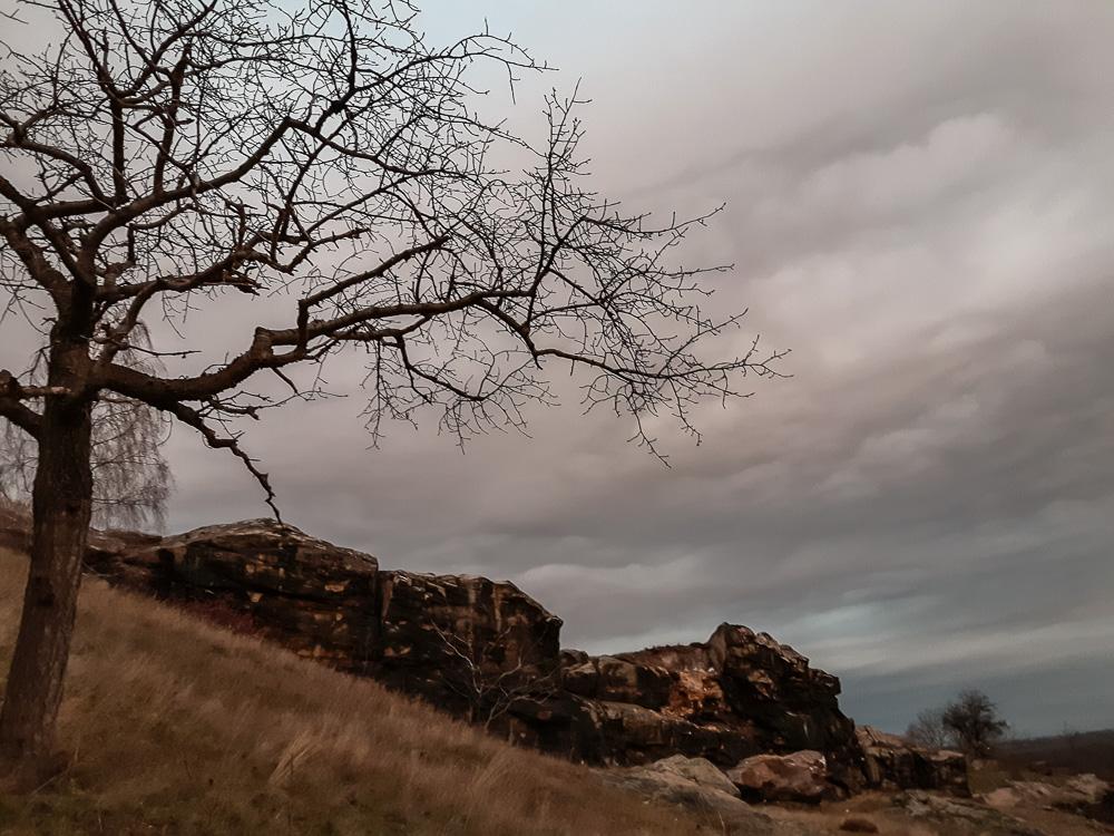 Die Teufelsmauer im Harz an einem Winterabend